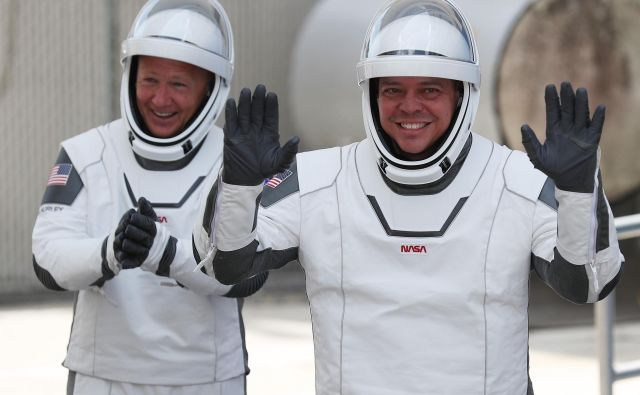 Bob Behnken (desno) in Doug Hurley sta bila takole nasmejana konec maja, ko sta se z novim plovilom z ameriških tal podala proti vesolju. Jutri ju čaka pot domov. FOTO:Joe Raedle/AFP