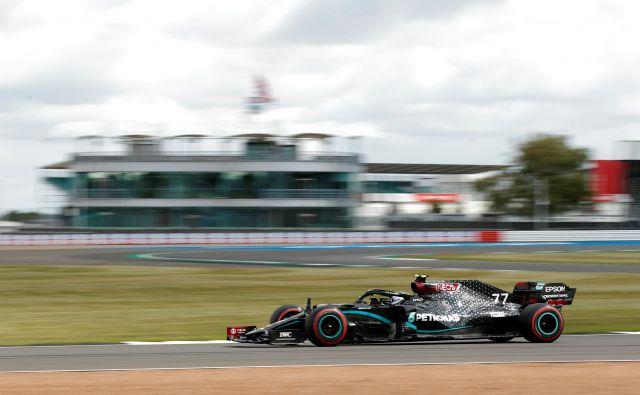 Mercedesov voznik Valtteri Bottas med zadnjih treningom. FOTO: Andrew Boyers Reuters