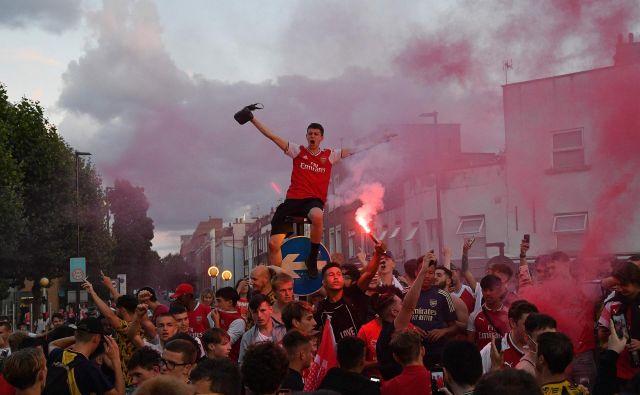 Pred štadionom Emirates je prišlo do velikega slavja Arsenalovih navijačev. FOTO: Justin Tallis/AFP