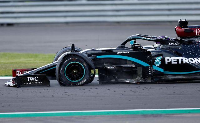Lewis Hamilton se je v cilj pripeljal s počeno gumo. FOTO: Andrew Boyers/AFP