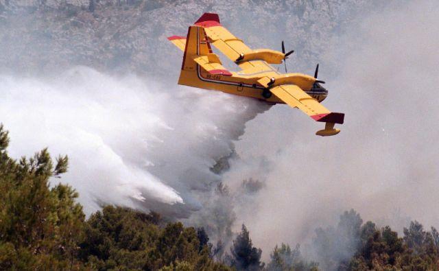 Gozdni požari so v okolici Splita pogosti. Fotografija je nastala pri gašenju enega izmed njih v prejšnjih letih. FOTO: Reuters