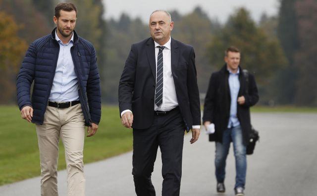 Predsednik NZS Radenko Mijatović (v sredini) in generalni sekretar Martin Koželj bosta v naslednjih tednih pozorno spremljala položaj klubov v 1. in 2. SNL. FOTO: Leon Vidic