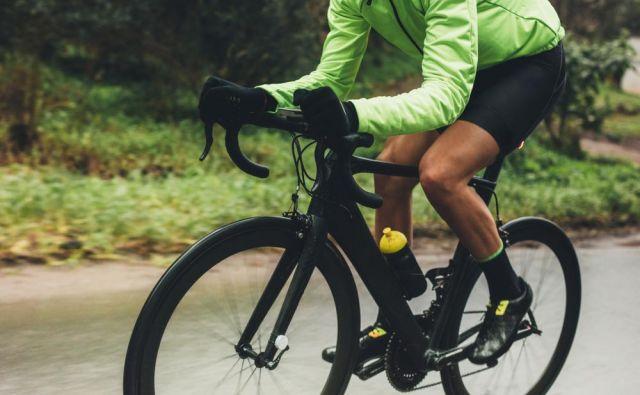 bičajno si je kupil cestno kolo, da je z njim ohranjal kondicijsko pripravljenost ob manjši obremenitvi nog. FOTO: Jacob Lund/Shutterstock
