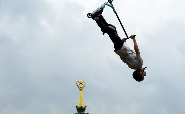 V zabaviščnem parku VDNKh v Moskvi je potekal lokalni turnir tekmovalcev s skiroji. FOTO: Kirill Kudrjavcev/AFP<br />