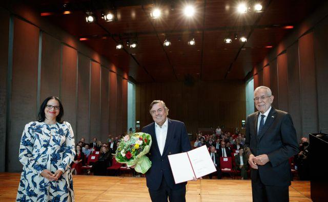 Avstrijska ministrica za kulturo Andrea Mayer, Drago Jančar in avstrijski predsednik Alexander van der Bellen. FOTO: Peter Lechner