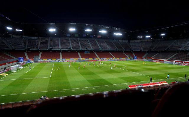Na lepem celovškem štadionu vnovič ne bo prvoligaškega nogometa. FOTO: Leonhard Föger/Reuters