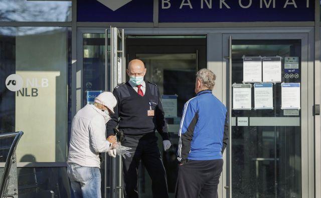 Bankam, tudi NLB, so omejitve zaradi epidemije koronavirusa precej otežile delo v poslovni mreži. FOTO: Leon Vidic
