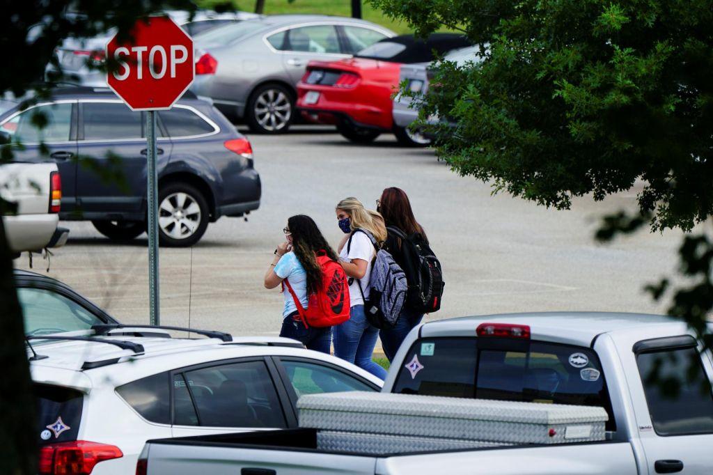 Pandemična dilema: otroci v šole ali ne