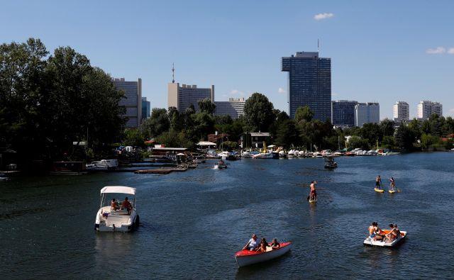 Prizor z Dunaja, kjer prebivalci vroče poletne dni preživljajo ob Donavi. FOTO: Leonhard Foeger/Reuters