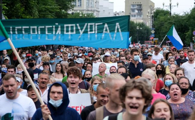 V soboto se je na protestih v Habarovsku in več mestih na ruskem daljnem vzhodu že četrtič zapored zbralo več deset tisoč ljudi. Foto Aleksander Janišev/AFP