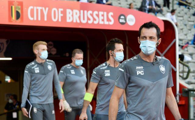 Nogometaši med tekmo ne nosijo zaščitnih mask, zato lahko pride pri kašlju do prenosa okužbe. Hkrati je namerno kašljanje v tekmeca agresivno dejanje, opozarja IFAB.