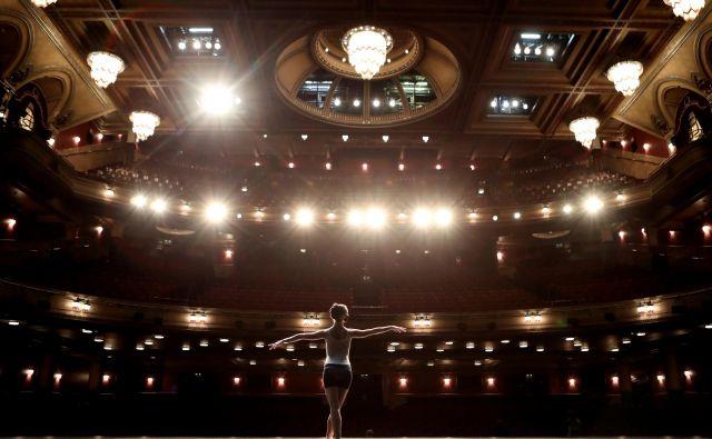 Škotska baletna plesalka Sophie Martin nastopa v gledališču v Edinburghu, potem ko je bil mednarodni festival odpovedan in spremenjen v digitalni dogodek zaradi izbruha pandemije. FOTO: Russell Cheyne/Reuters<br />