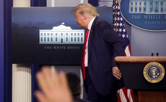 Ameriški predsednik Donald Trump odhaja s tiskovne konference o pandemiji. Foto Jonathan Ernst/Reuters