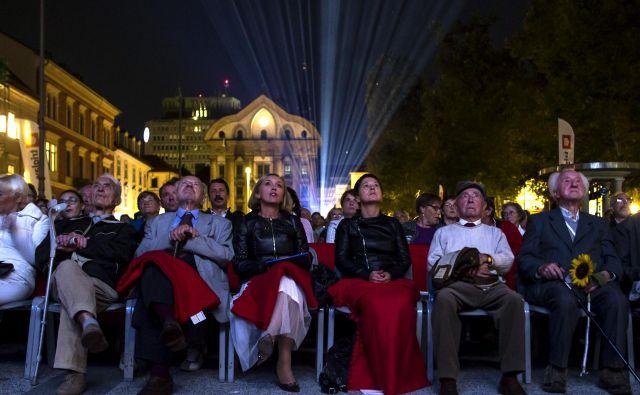 Predlani je bila na Kongresnem trgu projekcija slovenskega filma Na svoji zemlji. FOTO: Voranc Vogel/Delo