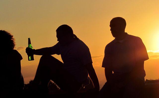 Uživanje alkohola in cigaret se dramatično poveča med 13. in 15. letom starosti, in to pri obeh spolih. Foto Blaž Samec