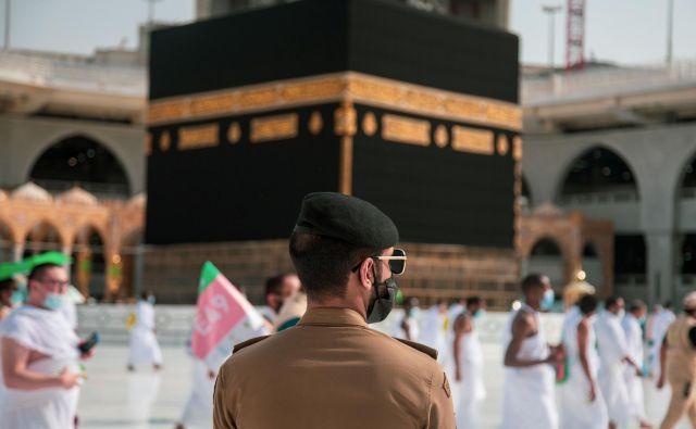 Savdski varnostnik spremlja vernike med izvajanjem obredov v okviru tradicionalnega romanja v Meko. FOTO: Reuters