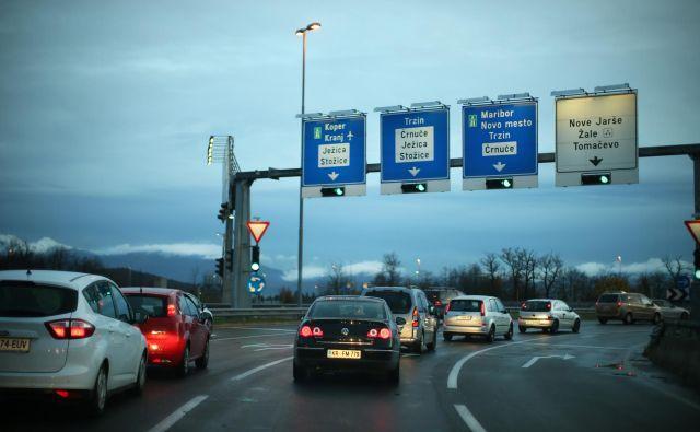 Enostavna krožišča z enim pasom voznikom načeloma ne povzročajo težav, zaplete se, ko je več voznih pasov. FOTO: Jure Eržen/Delo
