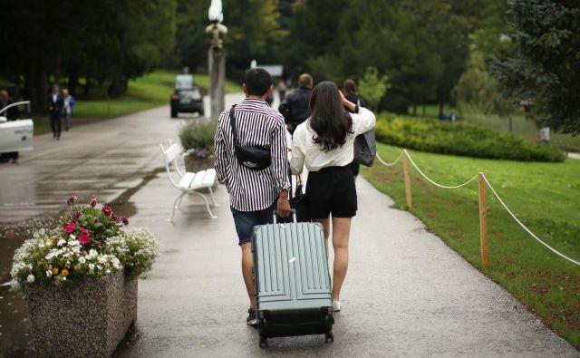 ZZZS zavarovanim osebam svetuje, da si pred začasnim bivanjem v tujini pravočasno uredijo zdravstveno zavarovanje in pridobijo evropsko kartico zdravstvenega zavarovanja. FOTO: Jure Eržen/Delo