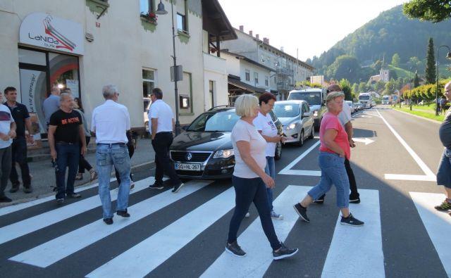 Na Koroškem s protesti zahtevajo cesto, na Dolenjskem pa so nezadovoljni s potekom trase, saj jim bo vsak dan 20.000 tovornjakov rohnelo nad glavami. FOTO: Mateja Kotnik/Delo