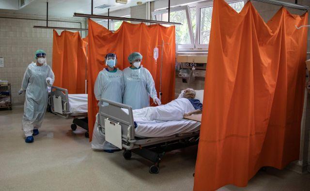 Prizor iz bolnišnice v Beogradu. Na respiratorjih je v Srbiji 132 ljudi. FOTO: Marko Djurica/Reuters