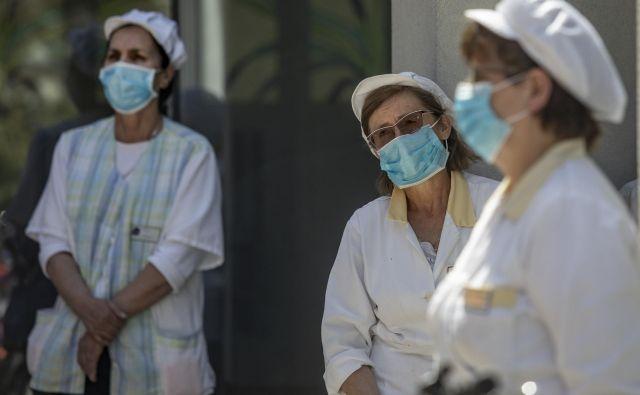 V torek je v Sloveniji umrla ena s koronavirusom okužena oseba. FOTO: Voranc Vogel/Delo