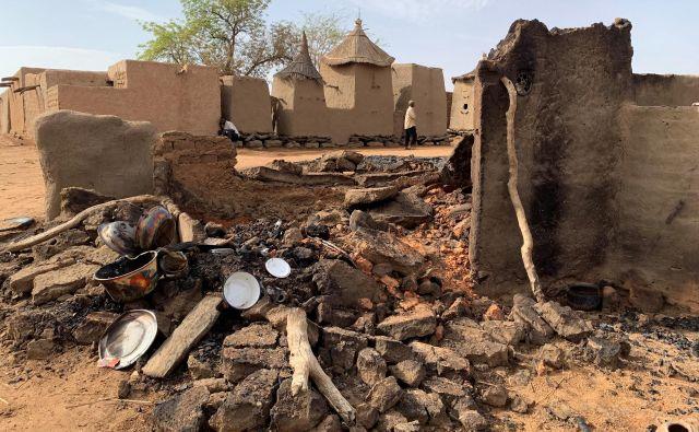 Junija 2019 je bila v spopadih med Dogoni in Fulaniji močno poškodovana dogonska vas Sobane Da. FOTO: Malick Konate/Reuters