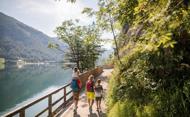 Poleg vseh drugih dejavnosti se je ob jezeru zelo lepo tudi samo sprehoditi.<br /> Foto Michael Groessinger