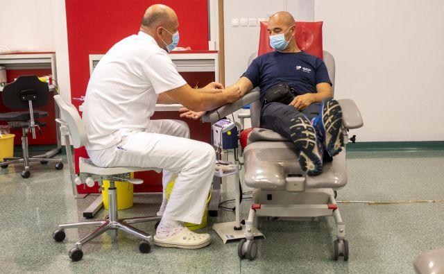 Za poškodovanega v prometni nesreči lahko porabijo tudi do 15 litrov krvi. FOTO: Voranc Vogel/Delo