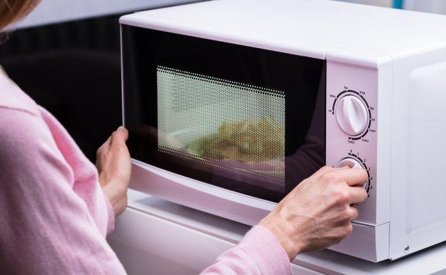 V obdobju, ko so bile zaradi epidemije koronavirusa restavracije zaprte, so mikrovalovno pečico mnogi posvojili kot glavnega kuharja v hiši. FOTO: Shutterstock