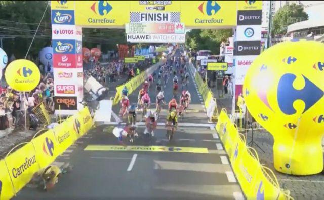 V cilju je prišlo do hudega padca.FOTO: UCI