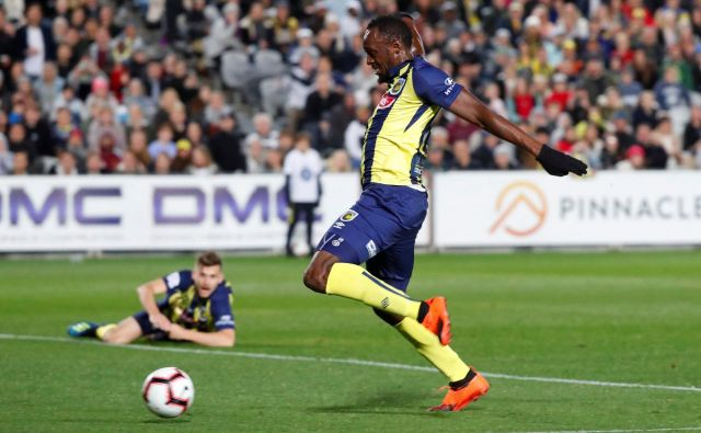 Usain Bolt v akciji v dresu moštva Central Coast Mariners. FOTO: David Gray/Reuters