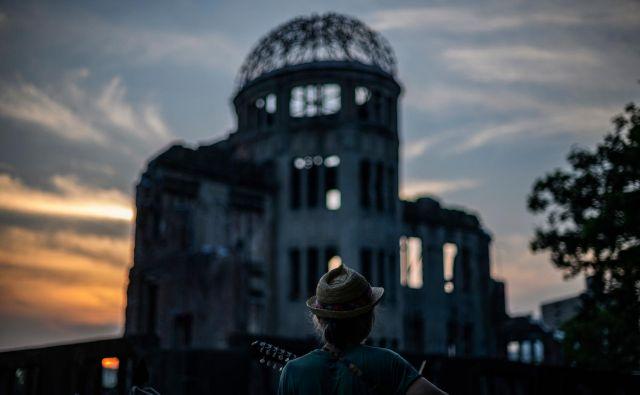 V Hirošimi se danes 6. avgusta spominjajo na katastrofo ob 75. obletnici, odkar je ameriški bombnik nad mestom odvrgel jedrsko bombo. Pri tem je umrlo več kot 200 tisoč ljudi. Gre za obletnico prvega napada z jedrskim orožjem. FOTO: Philip Fong/Afp