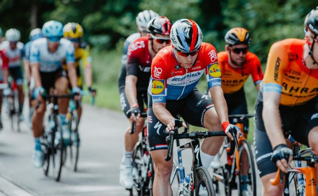 Tudi v drugi etapi dirke po Poljski so imeli kolesarji v spominu nesrečo Fabia Jakobsena. FOTO: Szymon Gruchalski/AFP