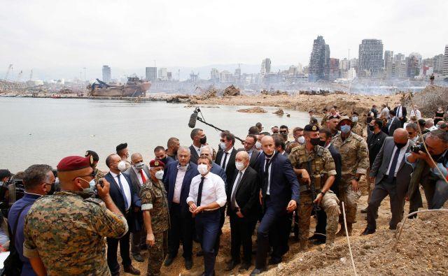 Francoski predsednik Emmanuel Macron je med postankom v Bejrutu obiskal tudi mestno pristanišče, kjer je v torek odjeknila silovita eksplozija. Foto Thibault Camus/Afp