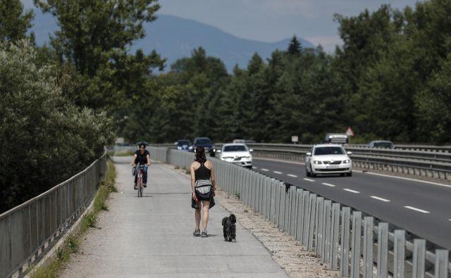 Mešana cona na mostu čez Savo je asfaltirana, dostopa pa sta makadamska. FOTO: Uroš Hočevar/Delo