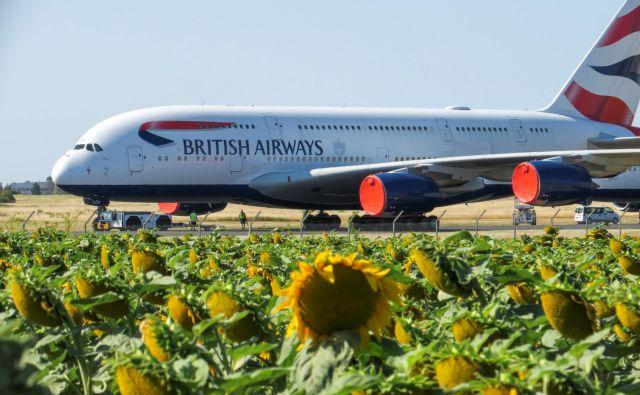 Airbus A380 - fotografirani je »brezdelno« parkiran na letališču Chateauroux v Franciji - je postal simbol krize v letalstvu, tako za letalske družbe kot za proizvajalce.<br /> FOTO: Pascal Rossignol/Reuters
