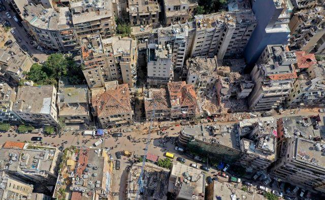 Beirut žaluje, ljudje s prstom kažejo na nekompetentno vlado, hiše so videti, kot da je mesto sredi vojne.Foto: Afp
