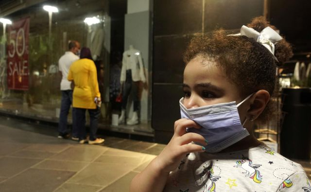 Deklica v Kairu, prestolnici Egipta. FOTO: Amr Abdallah Dalsh/Reuters