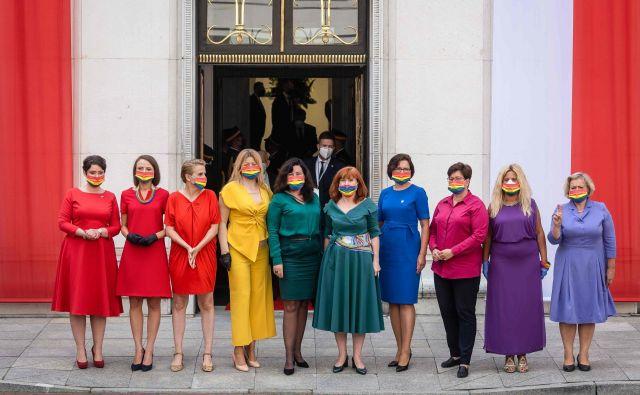 Parlamentarke levega krila, oblečene v barve mavrice, se predstavljajo pred zgradbo poljskega parlamenta (Sejm), potem ko je poljski predsednik Andrzej Duda v Varšavi prisegel na svoj drugi mandat. FOTO: Wojtek Radwanski/Afp