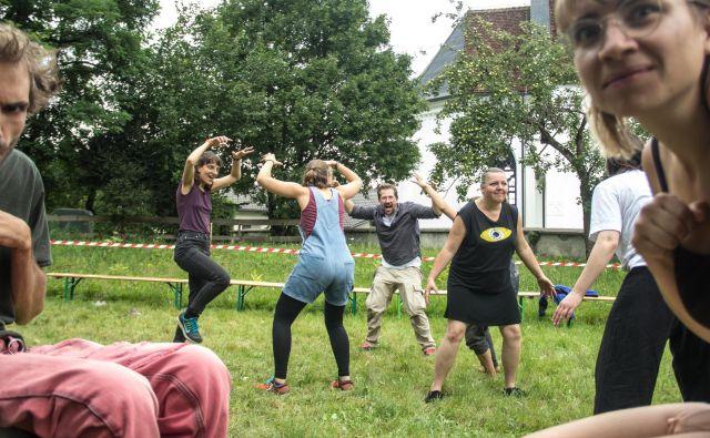 Eno od delavnic na Ne-festivalu je vodil Jaša Jenull (v sredini fotografije). Kot je dejal, so se najprej ukvarjali z osnovami, ki so potrebne za delovanje na ulici, to so veščine poslušanja, komunikacije, pozornosti, pripravljenosti prevzeti pobudo in pripravljenosti, da slediš tistemu, ki bo pobudo dal. FOTO: Urša Rahne