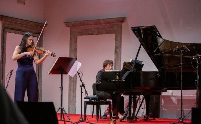 Lana Trotovšek in Maria Canyigueral sta ponudili aristokratsko elegantno, bistroumno, a vselej nevihtno živo izvedbo vseh desetih Beethovnovih sonat za violino in klavir. Foto Andraž Kobe