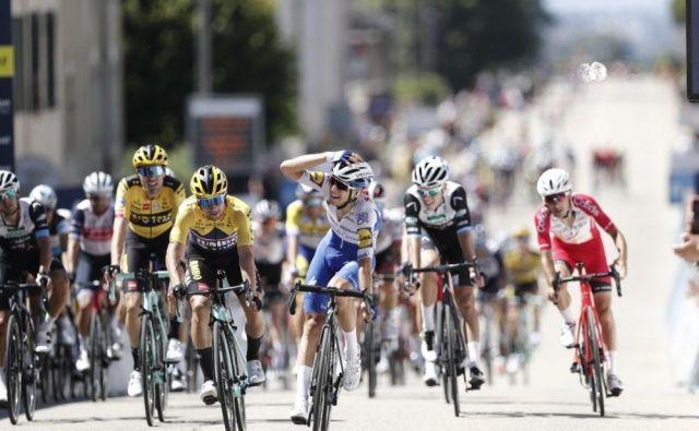 Primoža Rogliča (v ospredju levo) je na ciljni črti 1. etape dirke Tour de l'Ain presenetil mladi Italijan Andrea Bagioli. FOTO: Guillaume Horcajuelo/Tour de l'Ain