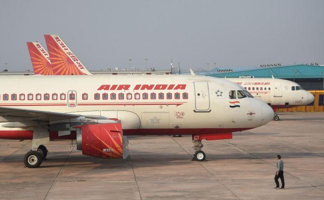Letalo prevoznika Air India je danes zdrsnilo s pristajalne steze na jugu Indije. FOTO: Money Sharma/AFP