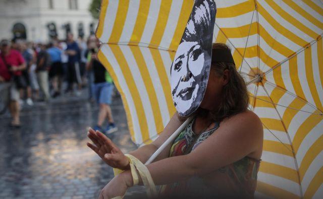 Protestniki so s performansom uprizorili politike. FOTO: Uroš Hočevar/Delo