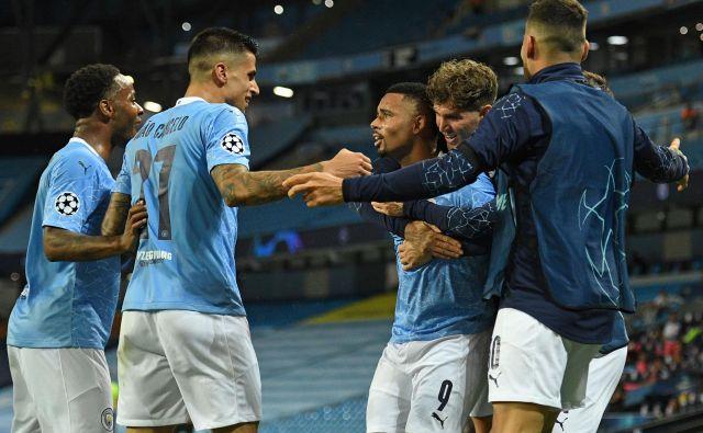 Nogometaši Manchester Cityja so se takole veselili zaslužene uvrstitve v četrtfinale lige prvakov. FOTO: Oli Scarff/AFP