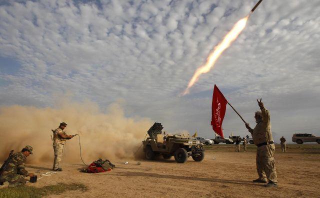 Islamska država danes ne obstaja več, bila je vojaško razbita. Toda posamezne lovke razčetverjene hobotnice obstajajo in delujejo marsikje po svetu. Na fotografiji: bitka z IS pri Tikritu marca 2015. FOTO: Thaier Al-sudani/Reuters