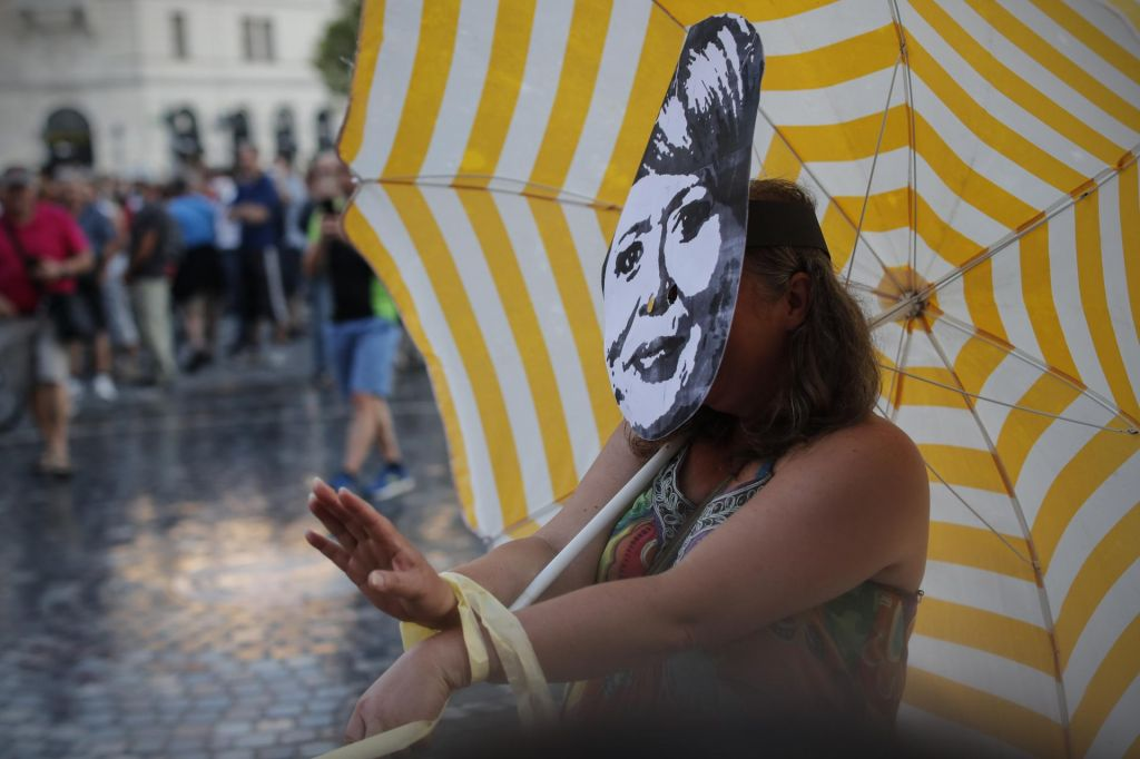 FOTO:Performeji na protestu uprizarjali politike