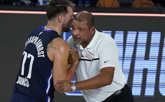 Luka Dončić se je med zadnjo tekmo zapletel v pogovor s trenerjem Los Angeles Clippers Docom Riversom. FOTO: Ashley Landis/Usa Today Sports