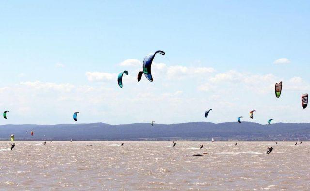Jezero je zelo, zelo priljubljeno središče za vodne športe, zaradi stalnega in močnega vremena slovi kot raj za kajtarje, surferje, tudi kopalcev ne manjka.FOTO: Dušan Dundek