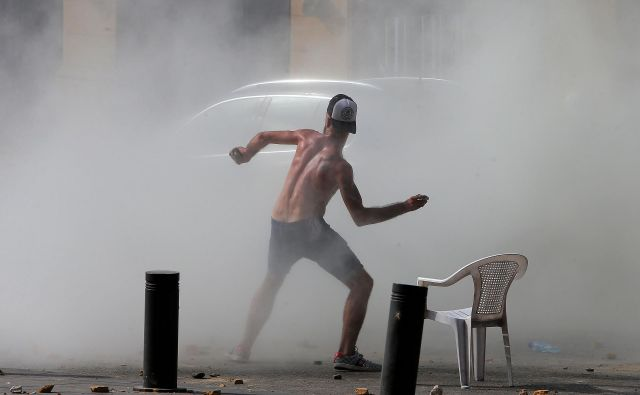 Libanonci so se odpravili na ulice, saj želijo spremembo oblasti. FOTO: STR / AFP